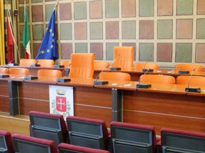 Consiglio comunale umiliato per garantire le ferie dei consiglieri della maggioranza