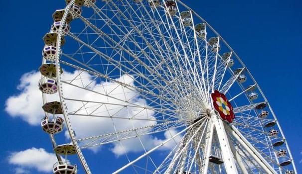 Gira la ruota: la città è un Luna Park affidato ai (soliti) volontari