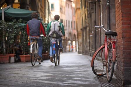 Più auto e meno bici, uguale: meno salute, qualità dell'ambiente… e soldi