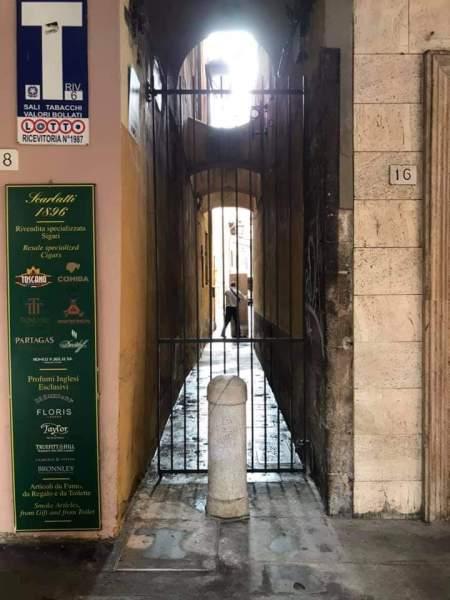 Via Sant'Orsola: si rimuova subito la vergognosa cancellata