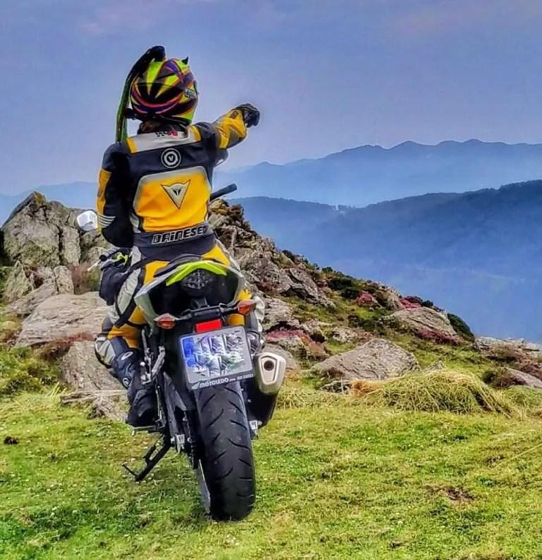 Foto en la moto en un sitio lejano con un bello paisaje