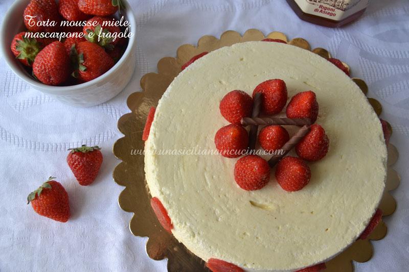 Torta mousse miele, mascarpone e fragole