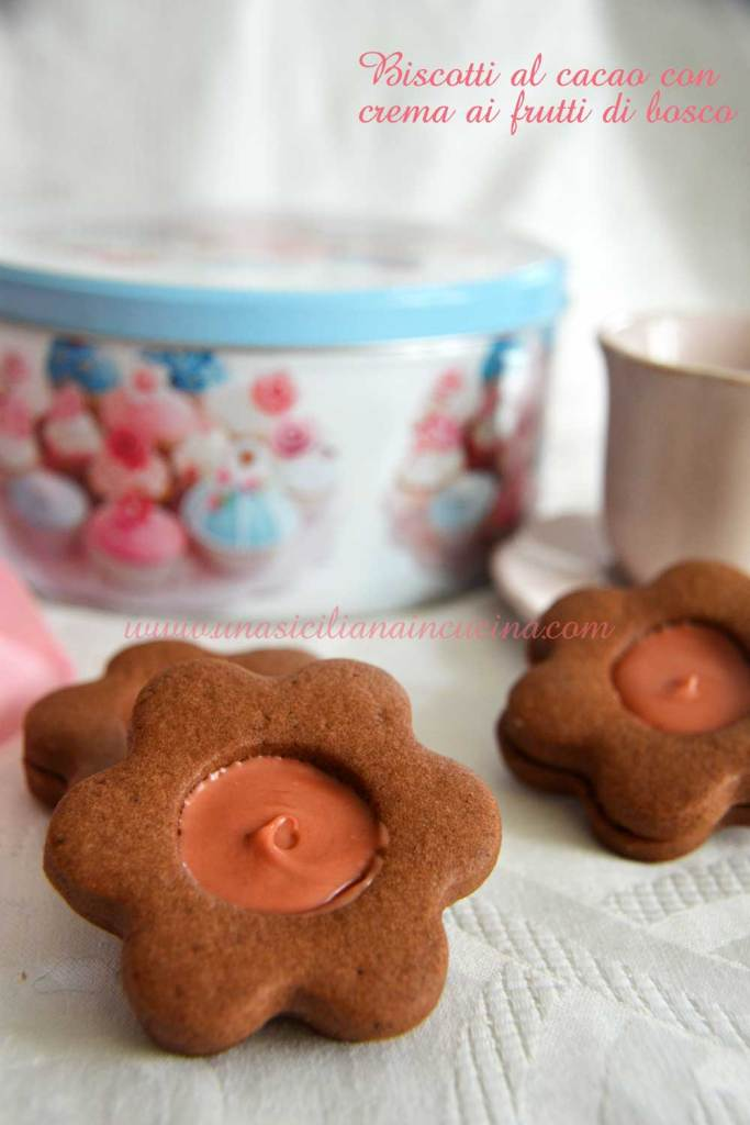 biscotti-al-cacao-con-crema-ai-frutti-di-bosco