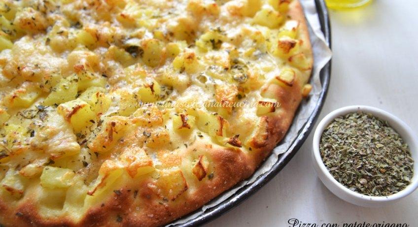 Pizza con patate origano e formaggio