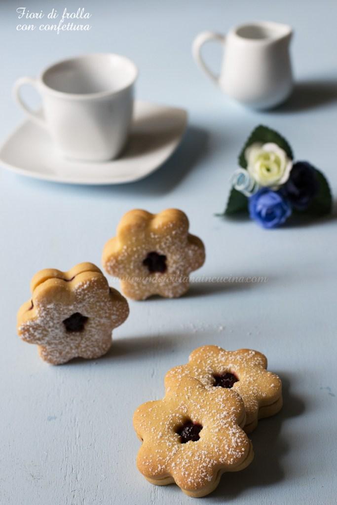 Biscotti fiori di frolla con confettura