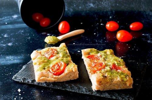 Focaccia integrale pistacchi e pomodorini