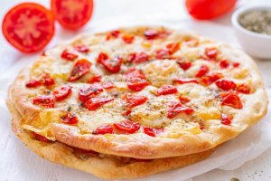 Pizza con pomodorini e caciocavallo