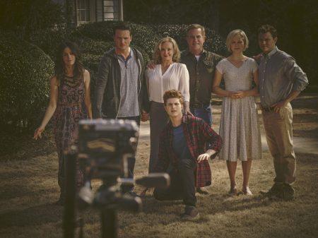 Daniel et sa famille, sa soeur, lui-même, sa mère;, son beau-père, son demi-frère accroupi, la femme et le fils de son beau-père