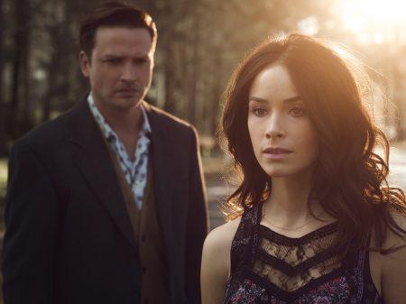 Les acteurs, de gauche à droite, Aden Young et Abigail Spencer