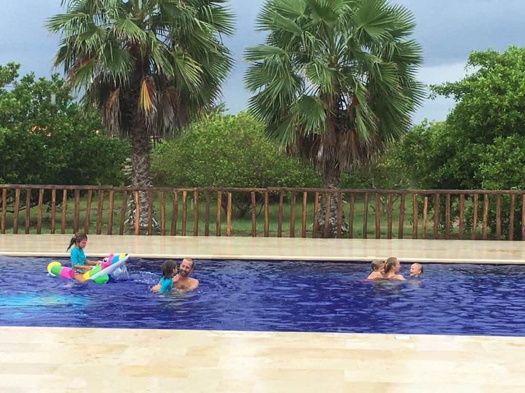 A remojo en la piscina de Puerto Velero.