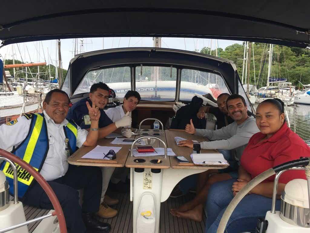 Realizando los tramites de llegada a Panamá. Buena Gente!