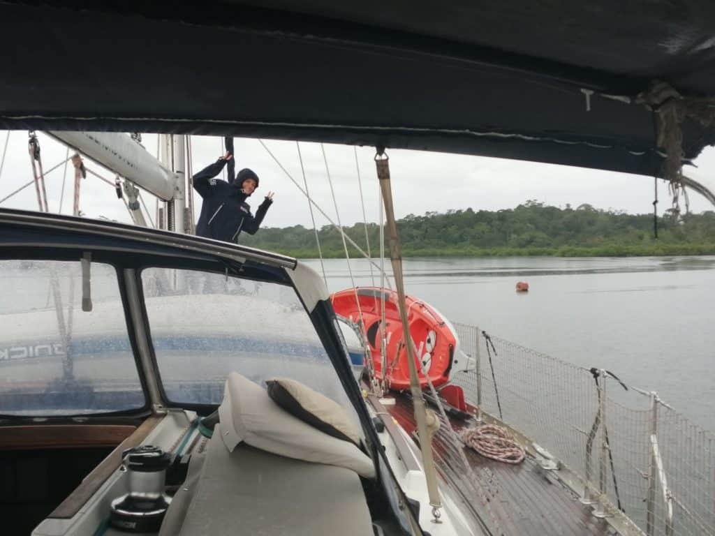 Maria preparando el barco  para amarrar y cantando bajo la lluvia.