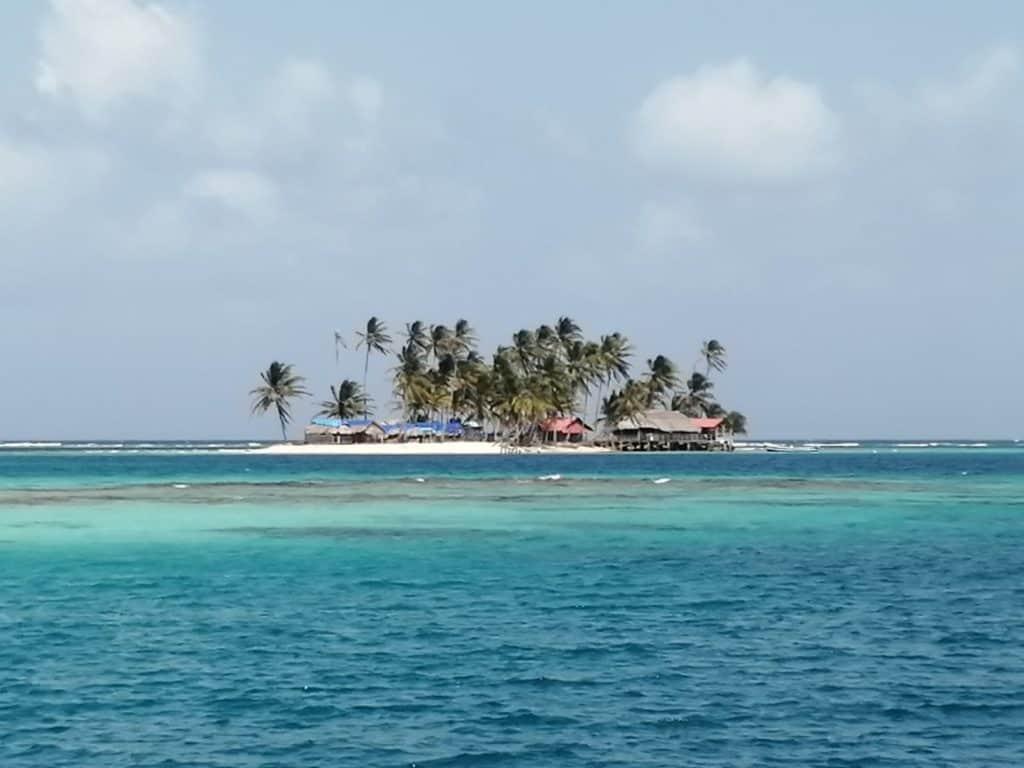 Cabañas en Los Grullos. Una de las muchas islas para turistas en San Blas.