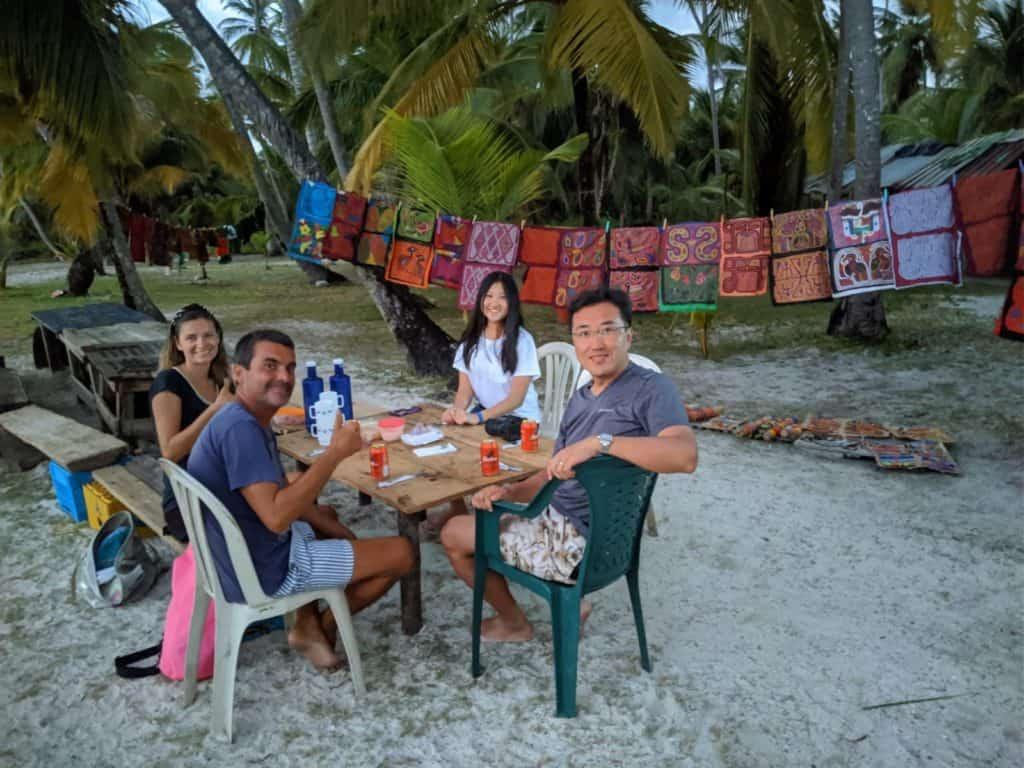 Cenando con la familia de Jeff en Cambombia.