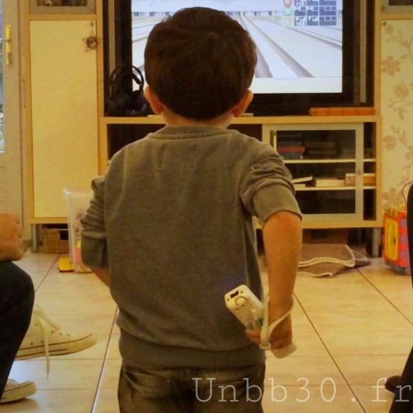 Mini BN joue au bowling sur la wii
