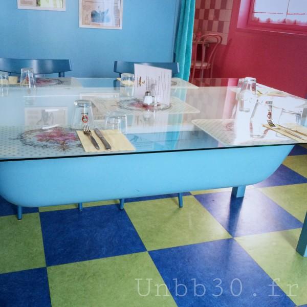 IMamie Bigoude La ROchelle salle de bain bleu table baignoire