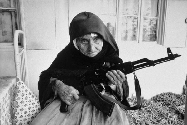 dame arménienne défendant sa maison
