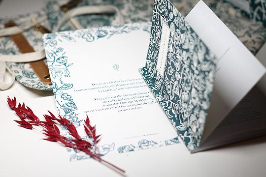 Notizheft mit Motivationssprüchen und ein gefärbter Bergamotte-Zweig