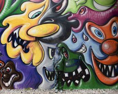 Liu-Bolin-Hiding-in-New-York_2-Kenny-Scharf-Mural-2011