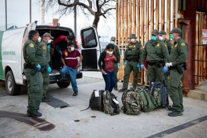 US CBP releasing asylum seekers at AZ - Mexico border