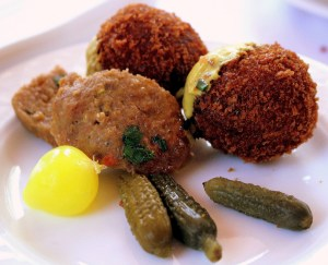Despite the resemblance, bitterballen are not meatballs.