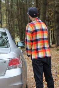L'homme blanc aussi appelé «touriste» protège la nature en urinant directement sur sa propre automobile...