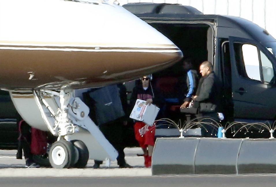 justin-bieber-mexico-lax-airport-nov2013-02