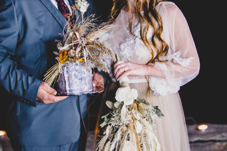 small wedding cake with dried flowers - grey wedding cake - unconventional wedding - alternative wedding blog