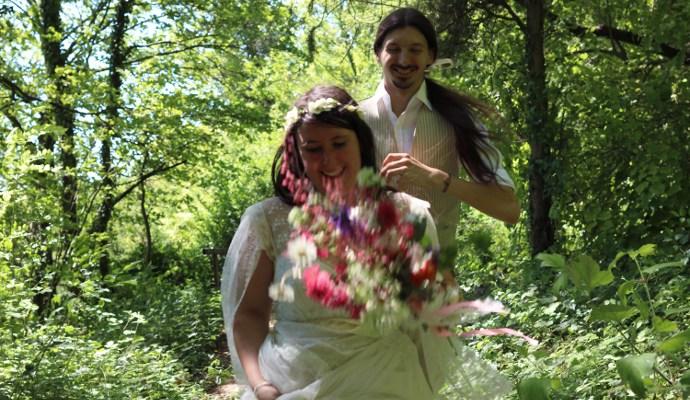 Deux mariés qui courent