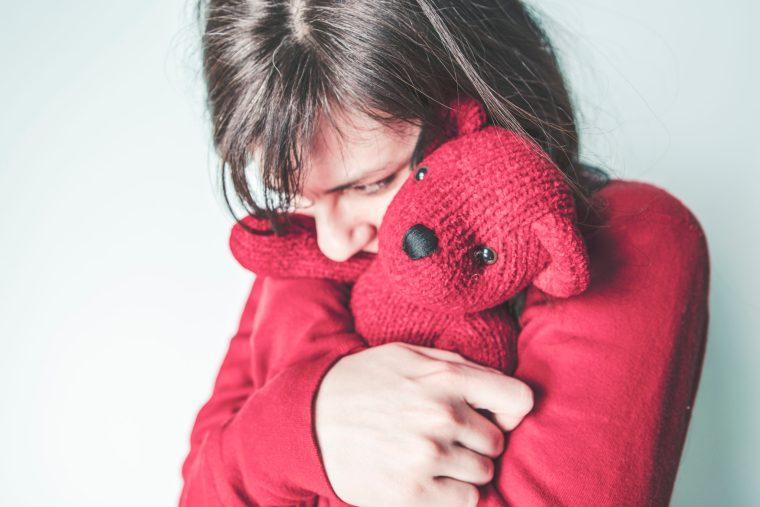 femme serrant ours en peluche