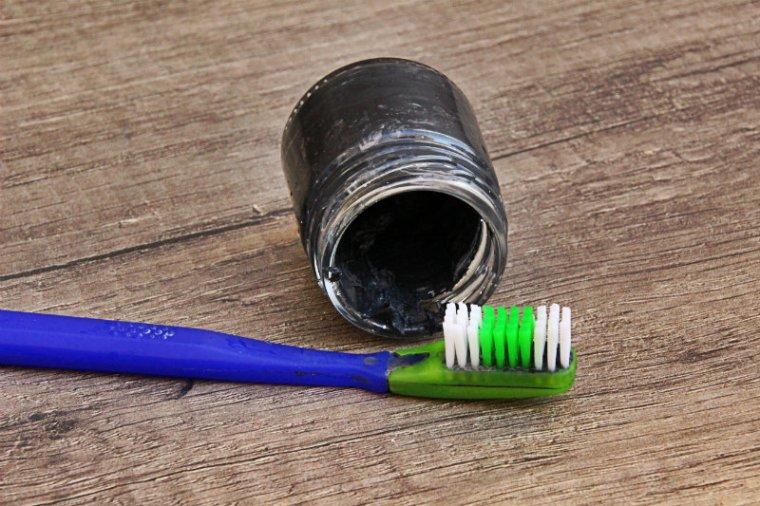 dentifrice végane au charbon actif