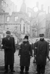 Jews in front of the burned Włocławek synagogue. Source: http://www.4ict.pl/szlaki_pamieci/