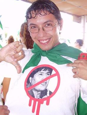 Anti-Evo Morales T-shirt worn by a Camba attending a cabildo