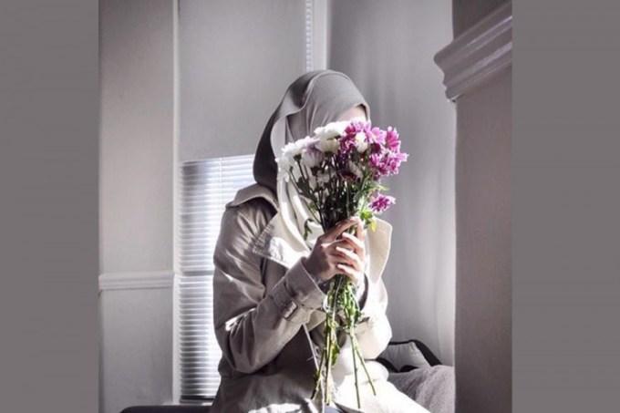 Gambar muslimah dengan bunga