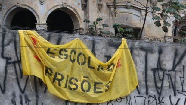 """Ocupação de uma das escolas de São Paulo no ano passado trazia a faixa: """"Escolas Prisões"""""""
