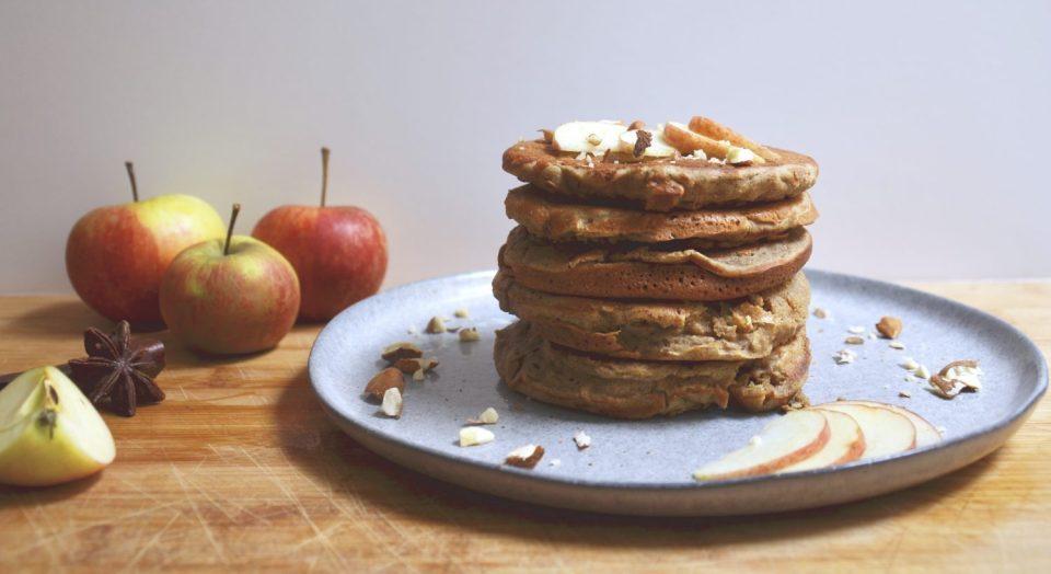 Healthy Pancakes tower. Recette de pancakes sains et ultra moelleux à la pomme. Très gourmands, parfaitement sucrés sans gluten, sans lactose et sans sucre ajouté !