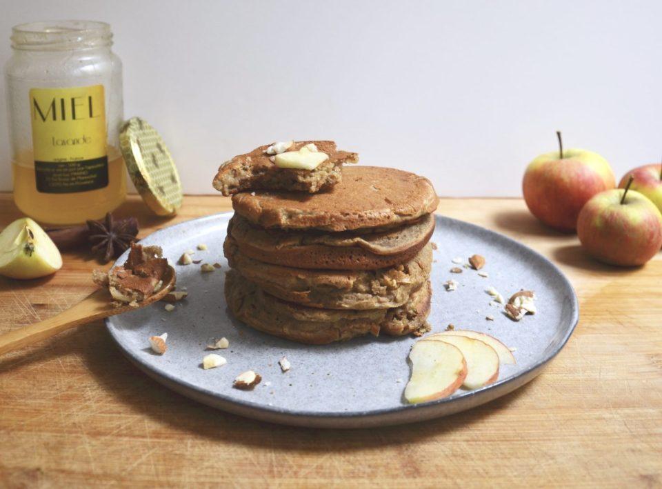 Healthy Pancakes tower. Recette de pancakes sains et ultra moelleux à la pomme. Sans gluten, sans sucre ajouté, sans lactose