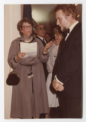 Dita Roque-Gourary presentando una exhibición de arquitectas belgas, 1981