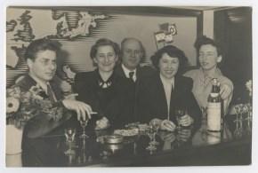 Dita Roque-Gourary (segunda a la izquierda)