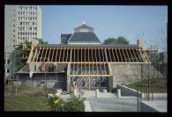 Birgit Cold y otros (1980): Vivienda experimental Skiboli. Versión construida en el campus NTNU. Fotografía del exterior en fase de construcción, 1985.