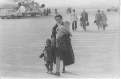 Noemí Goytia llegando a Barajas con su familia