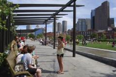 Gustafson Guthrie Nichol; North End Parks sobre la autopista I-93, Boston, 2007 / Mobiliario urbano: Banco Maggie