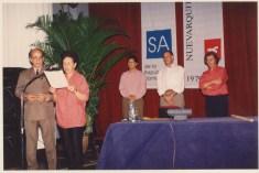 Silvia Arango lee el acta del jurado de la V Bienal de Arquitectura de SAnto Domingo junto a los otros miembros del Jurado: Erwin Cott, José Antonio Choy, Ricardo Legorreta y Miguel Angel Roca. Santo Domingo, 1994.