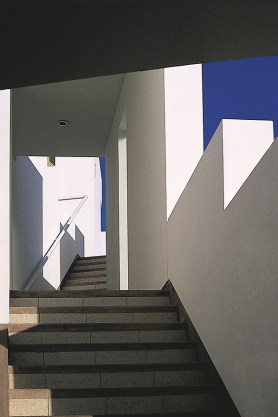 Cynthia Watmough y Alfredo Benavides, edificio H. Playa La Honda, Pucusana, Lima. 1996.