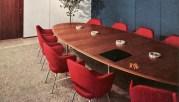Florence Knoll, Ambientación con la mesa de conferencias y sillas Womb de Eero Saarinen, 1947-1948