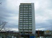 Birgit Cold, T. Brantenberg & E. Hiorthøy (1967): Cooperativas residenciales Risvollan (Trondheim). Estado actual del edificio en altura y centro comercial.