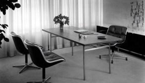 Florence Knoll, Diseño de mesa para escritorio y las sillas Pollock, c. 1950