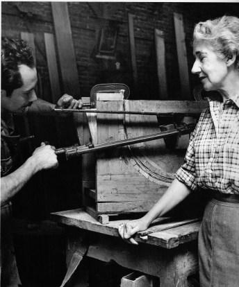 Clara Porset y el jefe de producción de su taller 1951-1952