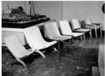 Clara Porset, sillas en estudio de fotógrafo Julius Shulman, California, 1952