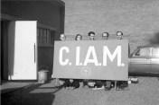 La muerte de los CIAM, Otterlo 1959. Fotografía con Alison y Peter Smithson, Voeckler y Bakema sosteniendo la pancarta, mientras Aldo van Eyck y Blanche Lemco se asoman por debajo